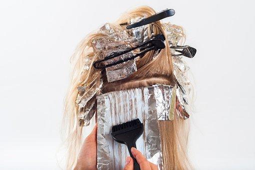 Farbowanie włosów u fryzjera czy w domu