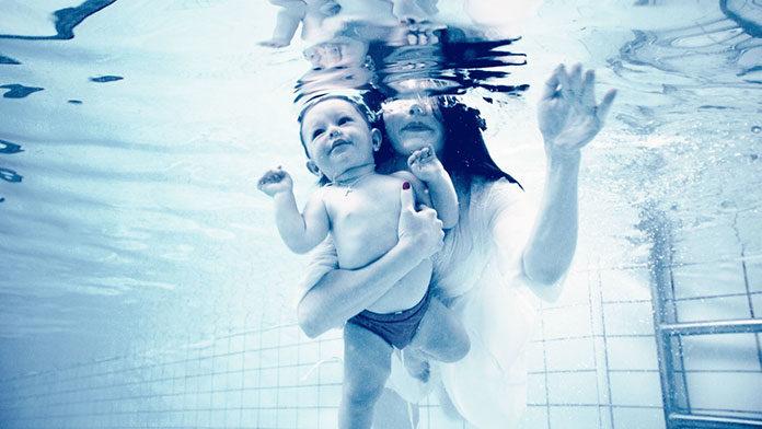 Niemowlak na basenie - dlaczego warto zabrać malucha na basen?